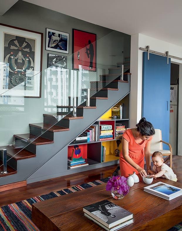 escada-quadros-estante-mesa-de-centro-tapete (Foto:   Marco Antonio/Editora Globo)