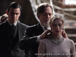 Joalheiro dá um lindo colar para Iolanda de presente de casamento (Foto: Joia Rara/ TV Globo)
