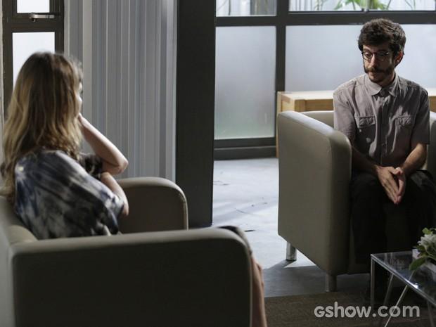 Ele aceita se aliar a ela e Tereza (Foto: Fábio Rocha/TV Globo)