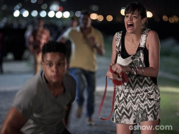 Giselle grita ao ser abordada pelo bandido (Foto: Inácio Moraes/TV Globo)