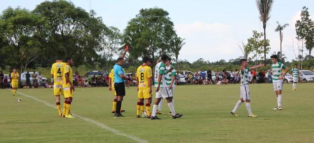 Primeiro cartão vermelho do campeonato (Foto: Michele Carvalho)