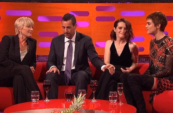 A atriz Claire Foyle incomodada com o toque do ator Adam Sandler enquanto é observada por Emma Thompson e Cara Delevingne (Foto: Reprodução)