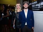 Fiorella Mattheis e Alexandre Pato usam looks estilosos em teatro