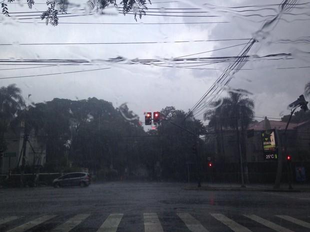Chuva na Avenida Brasil na tarde deste sábado (Foto: Cíntia Acayaba/G1)