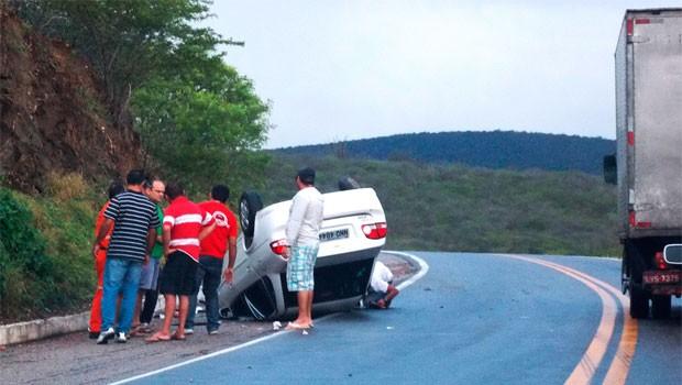 Segundo motorista do carro, caminhão invadiu pista contrário e causou acidente (Foto: Vandeberg Medeiros)