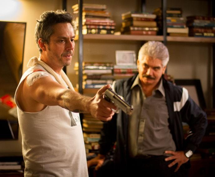 Pressionado por Tio e Orlando, Romero aponta arma para Dario (Foto: Fabiano Battaglin/Gshow)