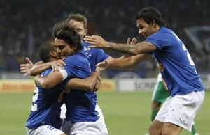 Jogadores do Cruzeiro comemoram gol (Foto: Gualter Naves/Light Press)