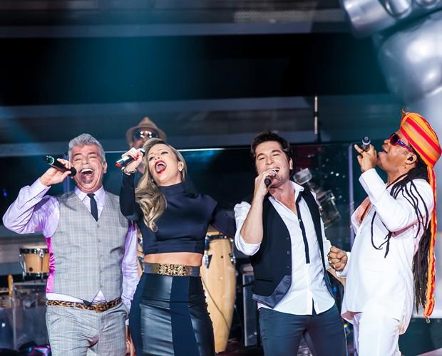 Técnicos fazem show na abertura do último dia de Audições (Foto: The Voice Brasil/TV Globo)