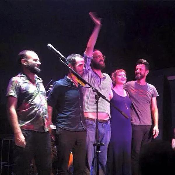 Mallu Magalhães, Marcelo Camelo e Fred Ferreira em show da Banda do Mar em Lisboa, Portugal (Foto: Twitter/ Reprodução)