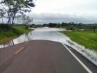 Chuva prejudica tráfego de veículos em ponte sobre o Rio Santo Anastácio