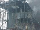Incêndio danifica carro alegórico em barracão de escola em Porto Alegre