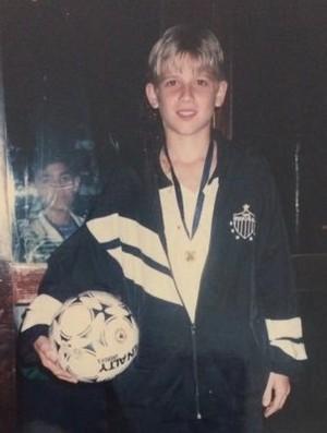 Foto do volante Adilson, novo contratado do Atlético-MG, na infância (Foto: Reprodução / Twitter)
