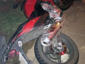 Moto atingida pelo veículo roubado em acidente na Zona Sul de Porto Alegre (Foto: Divulgação/BM)