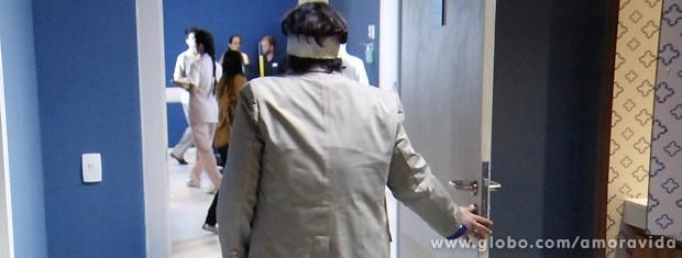 Depois de vestir as roupas, ele abre a porta do quarto e vai embora... (Foto: Amor à Vida / TV Globo)