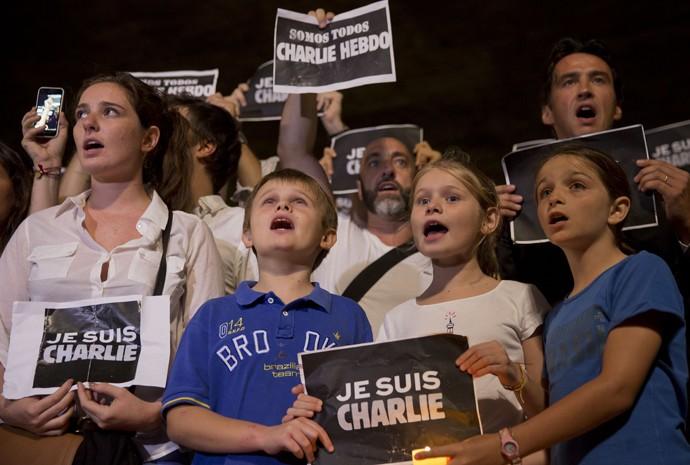 Em São Paulo, crianças prestam homenagem às vítimas do ataque ao jornal