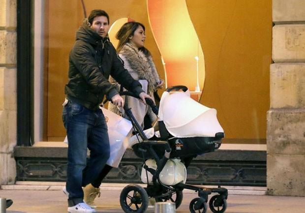 Messi e a noiva em Paris (Foto: Reprodução / Twitter)