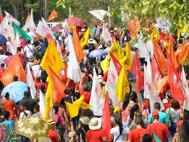 Passeata dos trabalhadores da Educação no CPA em Cuiabá (Foto: Carolina Holland/G1)