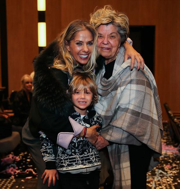 Adriane Galisteu com o filho, Vittorio, e a mãe, Dona Emma (Foto: Manuela Scarpa/Brazil News)