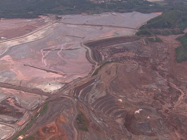 Funcionários precisaram ser retirados da área de trabalho após deslocamento de lama em barragem da Samarco em Mariana (Foto: Reprodução/TV Globo)