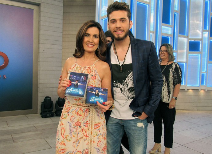Gustavo Mioto presenteou Fátima Bernardes com seu novo trabalho (Foto: Melina Mantovani/ Gshow)