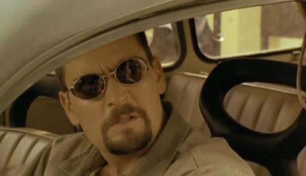 Ele se une a Ilana Green (Lindsay Crouse), que desconfia que algo estranho está acontecendo (Foto: Divulgação/Reprodução)
