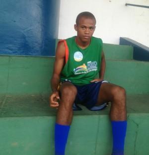 Gil Mineiro sente desconforto e acompanha treino da arquibancada (Foto: Edson Reis/GloboEsporte.com)
