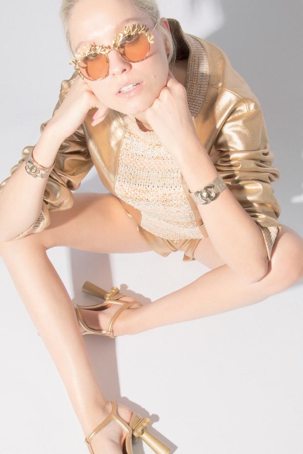 Eve Moraes usa blusa, a partir de R$ 36.700, shorts, a partir de R$ 28.250, óculos, a partir de R$ 6.110, bracelete, a partir de R$ 4.930, e sandálias, a partir de R$ 5.040, tudo Chanel (Foto: Guilherme Nabhan)