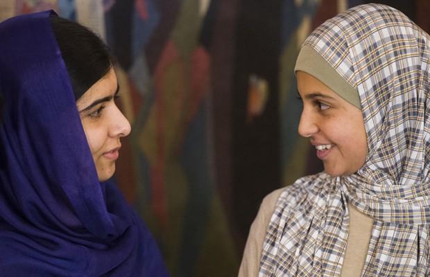 A ganhadora do Nobel da Paz Malala Yousafzai (esquerda) ao lado de Mezon Almellehan, durante a cerimônia de entrega do prêmio, em 9 de dezembro de 2014. (Foto: Odd Andersen/AFP)