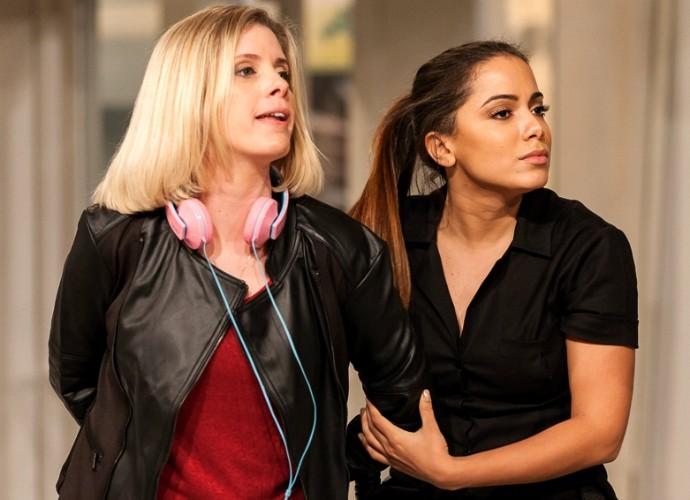 Anitta e Dani Valente em ensaio do Tomara que Caia (Foto: Artur Meninea/Gshow)