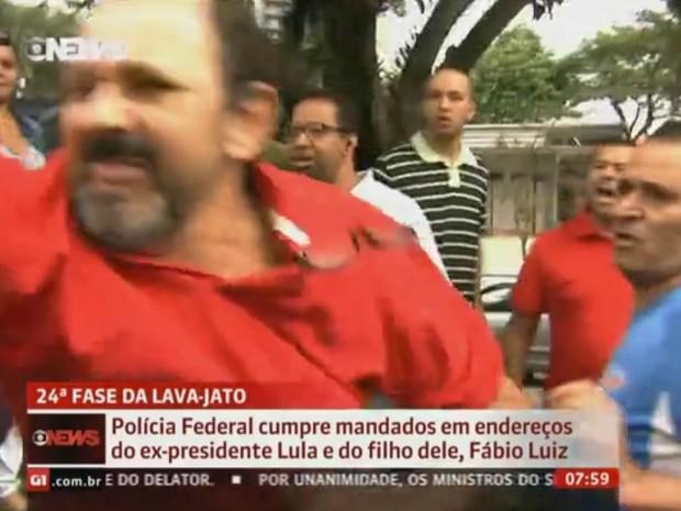 Confusão envolvendo apoiadores e pessoas contrárias ao governo do PT em frente ao prédio onde mora o ex-presidente Luiz Inácio Lula da Silva em São Bernardo do Campo, no ABC Paulista (Foto: Reprodução/GloboNews)