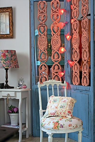 Esta criação do Ateliê Colorir é feita com pequenas lâmpadas envoltas por tecido de tule. O ambiente fica ainda mais aconchegante com a cadeira romântica