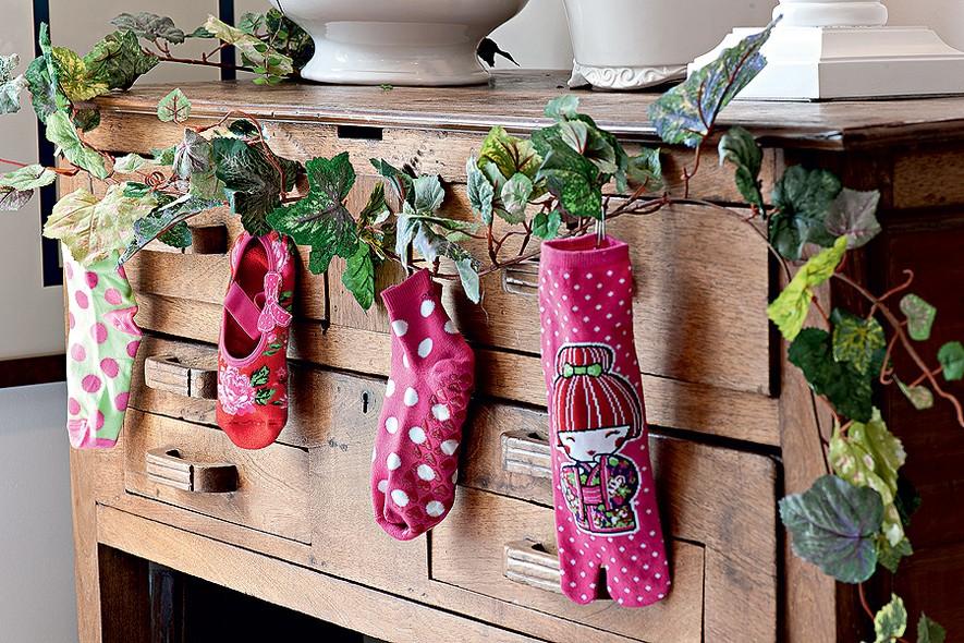 decoracao festa quintal:Compre pares de meia novos para a família e exponha um pé de cada
