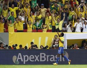 A torcida vibra a goleada brasileira (Foto: AP Photo/Eugene Hoshiko)