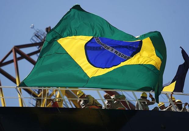 Bandeira do Brasil é pendurada em navio do programa Transpetro de exploração do pré-sal (Foto: Buda Mendes/LatinContent/Getty Images)