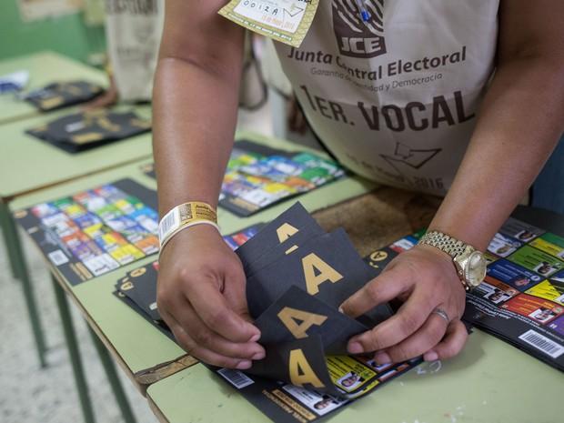 Mesária conta votos após o fim da votação nas eleições presidenciais da República Dominicana, no domingo (15) (Foto: Fran Afonso/AFP)