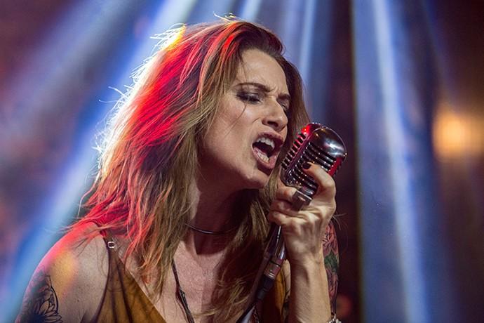 Lenita canta sua versão rock n' roll de músicas da novela (Foto: Felipe Monteiro / Gshow)