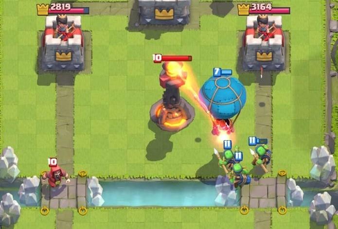 Construções como Torre Inferno conseguem anular ataque de balão (Foto: Reprodução / Supercell)