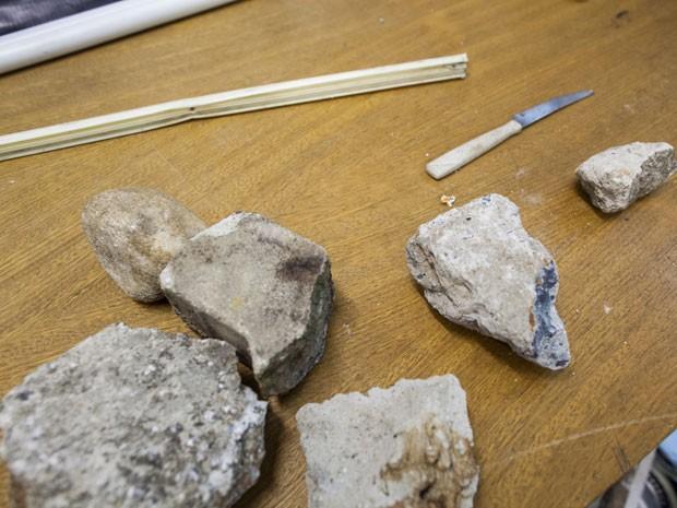 Pedras e uma faca de cozinha também foram apreendidas pela polícia após briga entre torcidas (Foto: Victor Moriyama/G1)