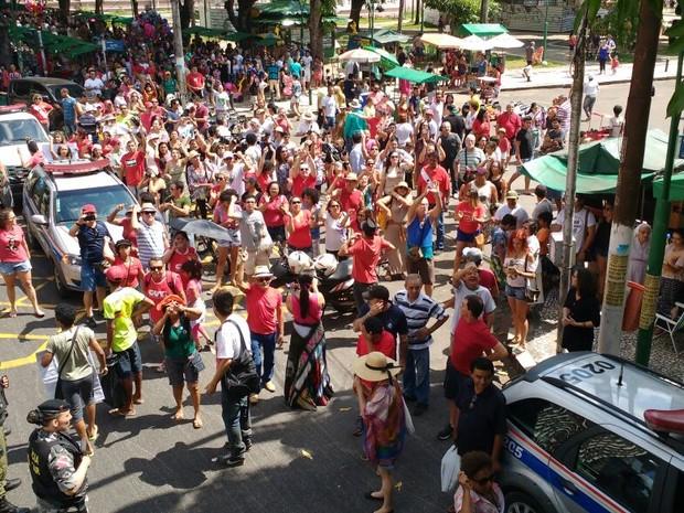 Manifestantes contrários ao impeachment se reuniram na Praça da República (Foto: Thais Rezende / G1 Pará)