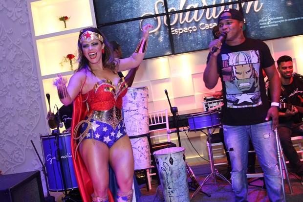Viviane Araújo se diverte durante sua festa de 41 anos (Foto: Anderson Borde/AgNews)