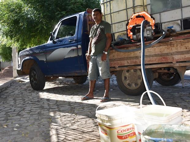 Em Frutuoso Gomes, ma região Oeste potiguar, o autônomo Francisco de Assis Carlos, de 40 anos, tornou-se comerciante. Ele vende água em um caminhão adaptado para carregar até 2 mil litros.  (Foto: Anderson Barbosa e Fred Carvalho/G1)