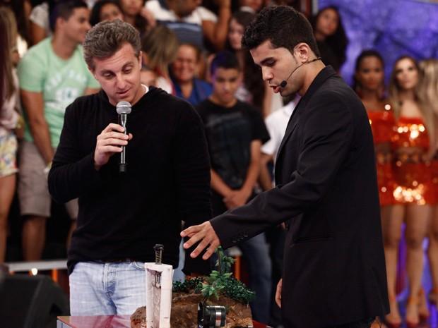 Isaías mostra sua invenção (Foto: Caldeirão do Huck/TV Globo)