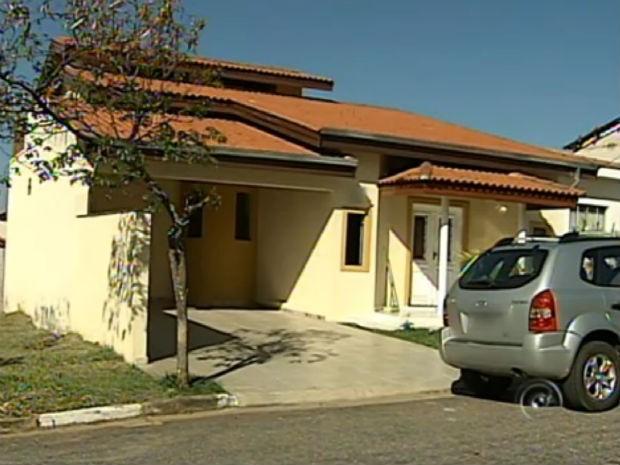 Camaro amarelo estava estacionado na garagem do condomínio, em Sorocaba (Foto: Reprodução/TV Tem)