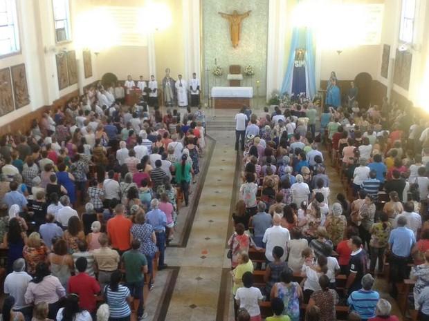 Missa das 15h é presidida pelo arcebispo de Londrina, Dom Orlando Brandes (Foto: Rodrigo Saviani/G1)