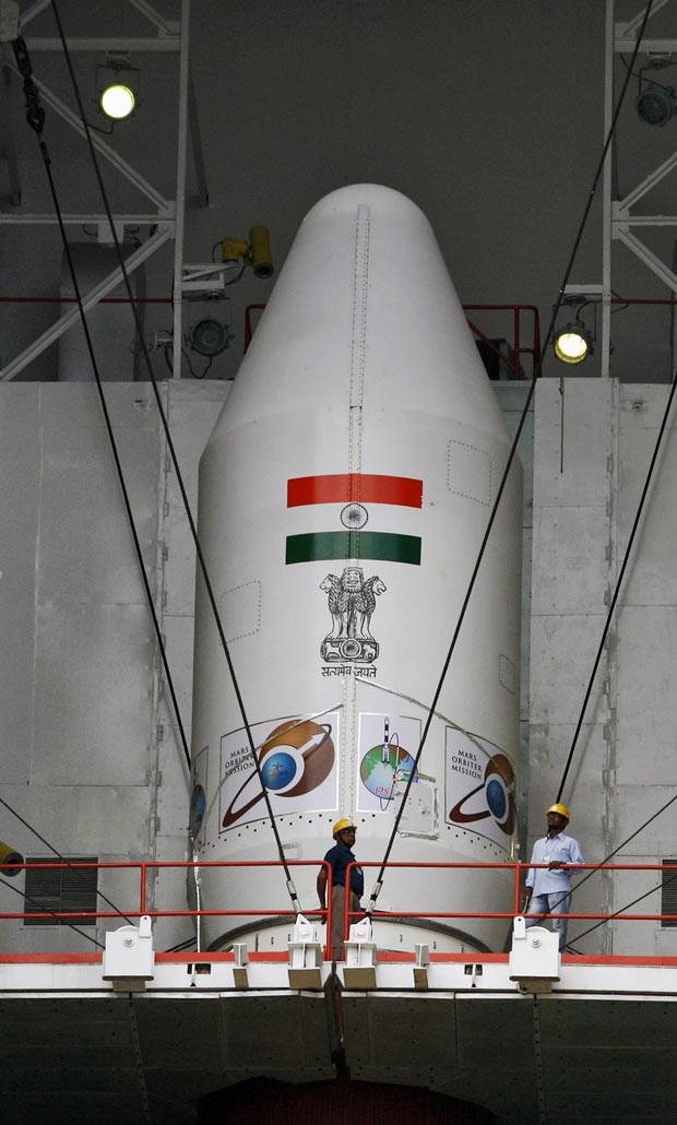 Técnicos verificam Veículo de Lançamento de Satélite Polar (PSLV - C25); Índia realiza sua primeira missão para Marte. (Foto: AP Photo/Arun Sankar K.)