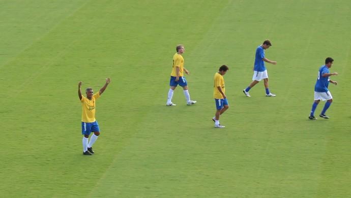 Romário comemora um de seus três gols em partida beneficente em Goiânia (Foto: Fernando Vasconcelos / GloboEsporte.com)