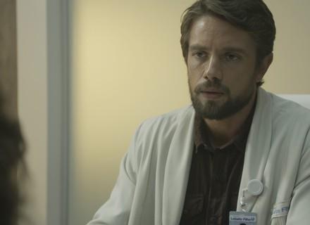 Renato atende Clara no hospital e a incentiva a denunciar Gael