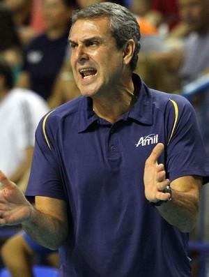 Zé Roberto orienta Campinas nas quartas de final contra Pinheiros (Foto: Felipe Christ / Amil)