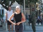 Patrícia Poeta mostra boa forma com look justo durante caminhada