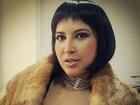 Priscila Pires posa com decotão e peruca chanel em curso de teatro